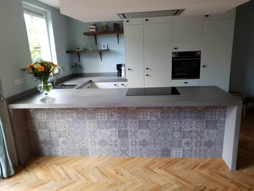 Betonnen keukenblad met keukenfronten